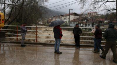Bursa'da vatandaşlar taşma noktasına gelen dereyi endişeyle izledi