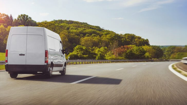 Hızlı teslim ürünlerde Avrupa'ya ihracatın önünü minivanlar açıyor  Minivan taşımacılığıyla Avrupa'ya ihracat en fazla 72 saat sürüyor